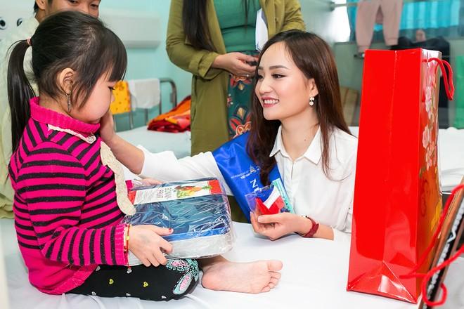 """""""Bản sao"""" của Hoa hậu Giáng My mang Tết đến với các bệnh nhi"""