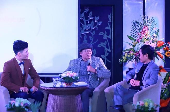 """Nhạc sĩ Hoàng Dương (giữa) trong buổi ra mắt MV """"Hướng về Hà Nội"""" của ca sĩ Minh Đức (trái) tại Hà Nội ngày 20/12/2015"""