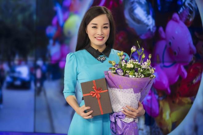 Minh Hương tặng hoa cho bạn trai và quà cho chồng trong ngày Valentine