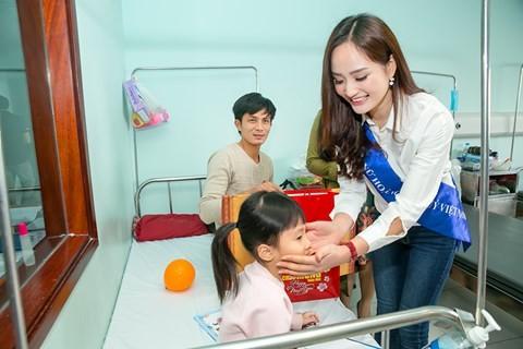 Nguyễn Thị Oanh trong lần đến thăm và tặng quà các em nhỏ ở Bệnh viện Nhi Trung ương trước dịp Tết Nguyên đán vừa qua...