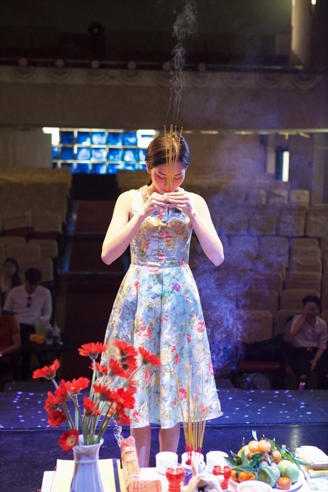 Chị gái Hoa khôi Nam Em trốn bạn gái đồng giới để đi tập kịch