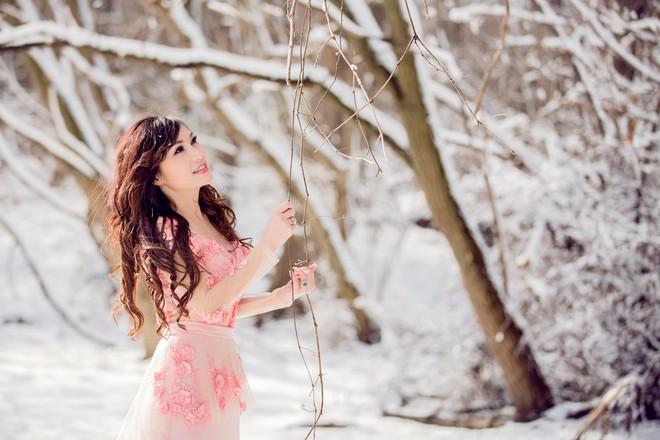 Ca sĩ Kavie Trần mặc váy siêu ngắn giữa trời tuyết trắng