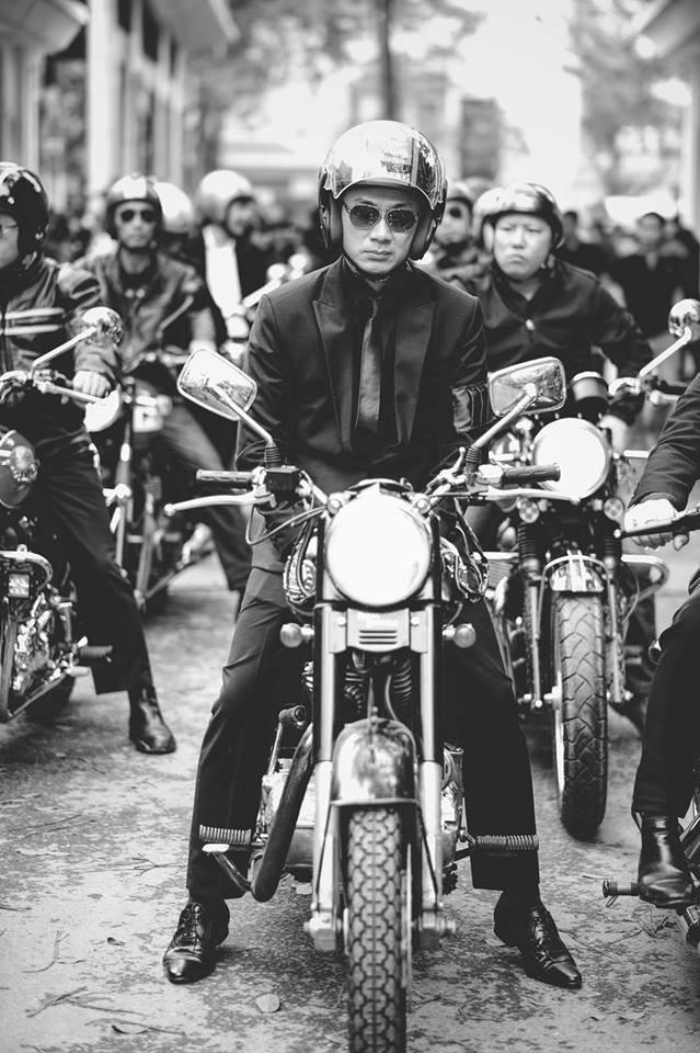 MC Anh Tuấn lái moto của Trần Lập diễu hành vào sáng mai 26-2