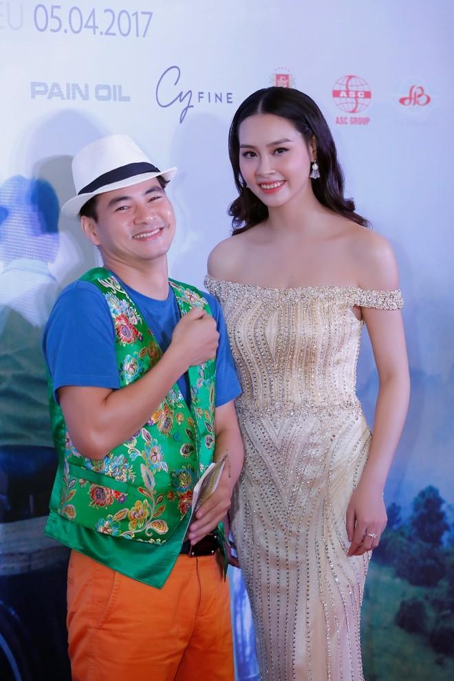 Xuân Bắc bối rối khi đứng cạnh Hoa hậu Biển Thùy Trang