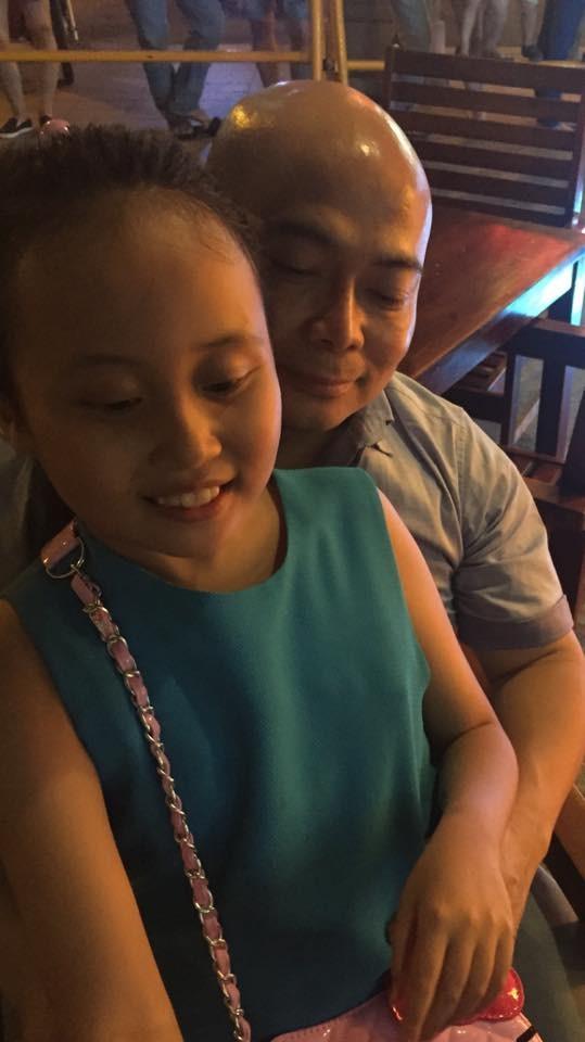 Hình ảnh bé Gà chụp cùng bố khi anh còn sống được Phương Thanh chia sẻ