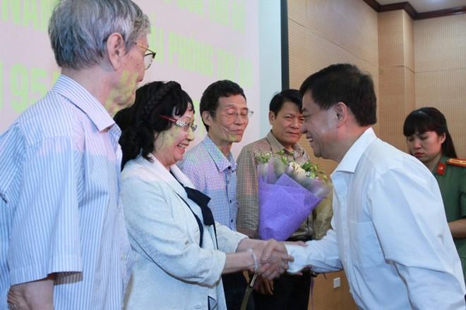 Thiếu tướng Đào Duy Khương tặng hoa cho các đại diện văn nghệ sĩ, trí thức tiêu biểu của Thủ đô