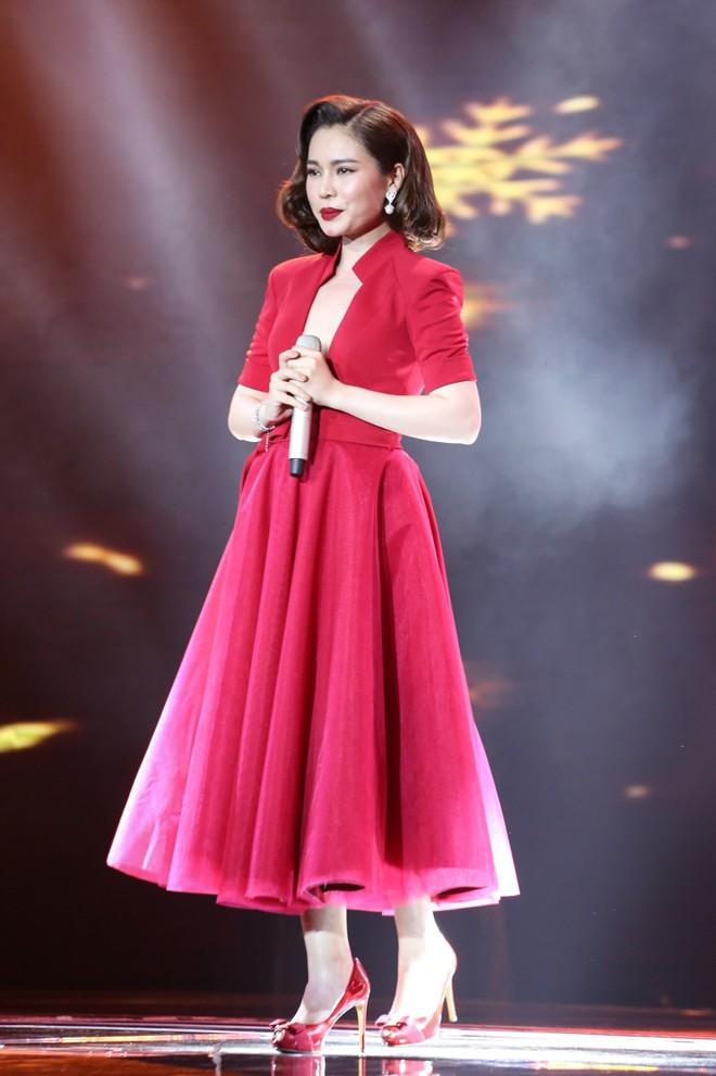 """Giang Hồng Ngọc sẽ thể hiện ca khúc """"Hai kỷ niệm một chuyến đi"""". Với chất giọng trầm, cảm xúc, cô được Ngọc Sơn và Quang Linh dành lời khen nức nở và cho rằng cô xứng đáng trở thành Quán quân của chương trình."""