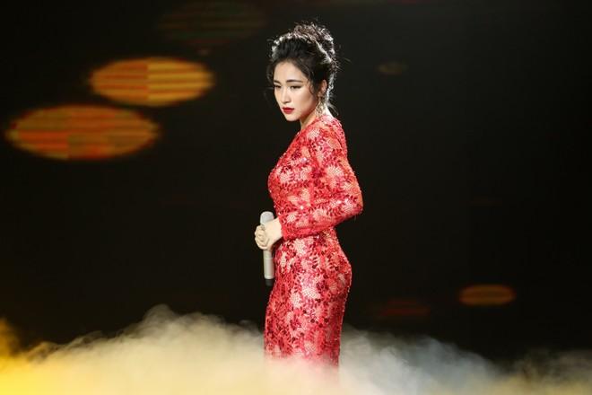 """""""Công chúa Bolero"""" Hòa Minzy tự tin hát ca khúc nổi tiếng từng được Lệ Quyên thể hiện rất thành công - """"Mưa nửa đêm"""". Hòa Minzi được dự báo là ẩn số thú vị khiến cả trường quay phải thích thú."""