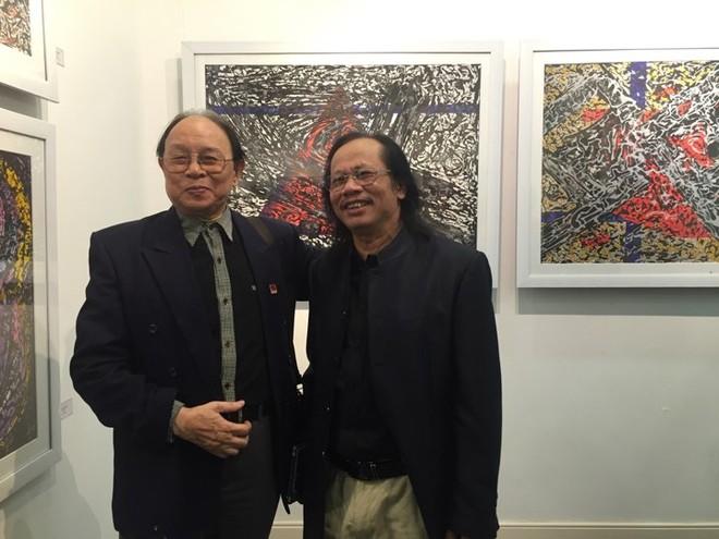 Họa sĩ Phạm Sinh (phải)