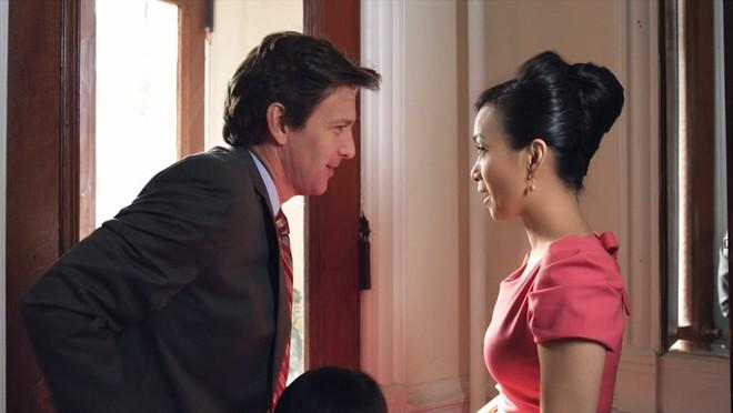 """Hà Phương và tài tử Andrew McCarthy trong một cảnh quay của """"Finding Julia"""""""