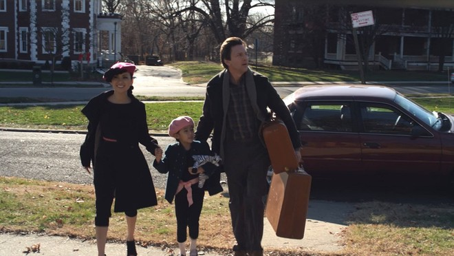 """""""Finding Julia"""" xoay quanh câu chuyện bi kịch về cô gái lai Julia (Hà Phương) từ lúc nhỏ đến khi trưởng thành. Julia có mẹ là một ngôi sao ca nhạc và điện ảnh Việt Nam. Tuy nhiên, sau cái chết của mẹ, cô chuyển đến New York sống cùng người cha triệu phú người Mỹ (Andrew McCarthy)."""