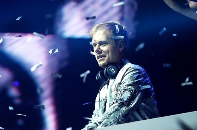 Sinh ra tại Hà Lan năm 1976, Armin van Buuren đã nhanh chóng nuôi dưỡng niềm đam mê âm nhạc ngay từ khi còn rất nhỏ. Với bản tính thích mày mò, tìm tòi, Armin nhanh chóng tiếp thu được cách sử dụng âm nhạc và biến tấu thành những giai điệu khác nhau để phục vụ cho sở thích của riêng mình. Khi mới chỉ 14 tuổi, Armin thường xuyên được mến mộ vì tài năng chơi nhạc và điều khiển không khí của những buổi tiệc, lễ hội.