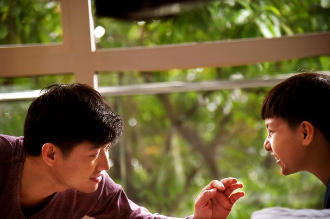 """""""Ở đây có nắng"""" xoay quanh nhân vật Tùng Nhân (diễn viên Quý Bình) – một MC, đạo diễn chương trình truyền hình nổi tiếng đang sống yên vui với người yêu là Phương Thuỳ (diễn viên Quỳnh Chi) tại một căn biệt thự. Bỗng một ngày, Tùng Nhân bàng hoàng phát hiện mình có cậu con trai tên Bin (diễn viên nhí Gia Bảo) """"trên trời rơi xuống"""" - kết quả mối tình nhiều năm trước với Mai Chi (diễn viên Anh Thơ) - người yêu cũ."""