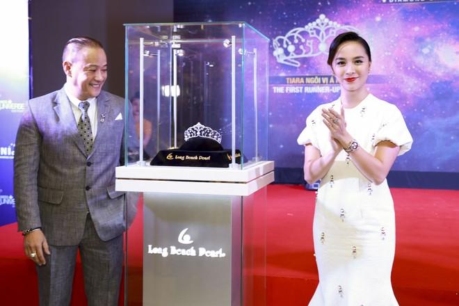 Lần đầu tiên ở Việt Nam, Á hậu cũng được đội vương miện