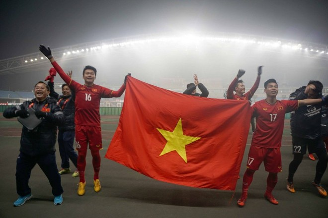HLV Park Hang Seo mặc áo the, khăn xếp, ngồi xích lô tại lễ mừng công U23 Việt Nam