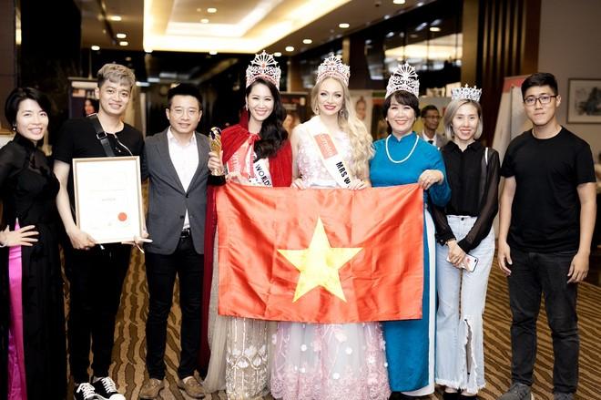 Mẹ Dương Thùy Linh (áo dài xanh) luôn sát cánh cùng con gái trong suốt cuộc thi