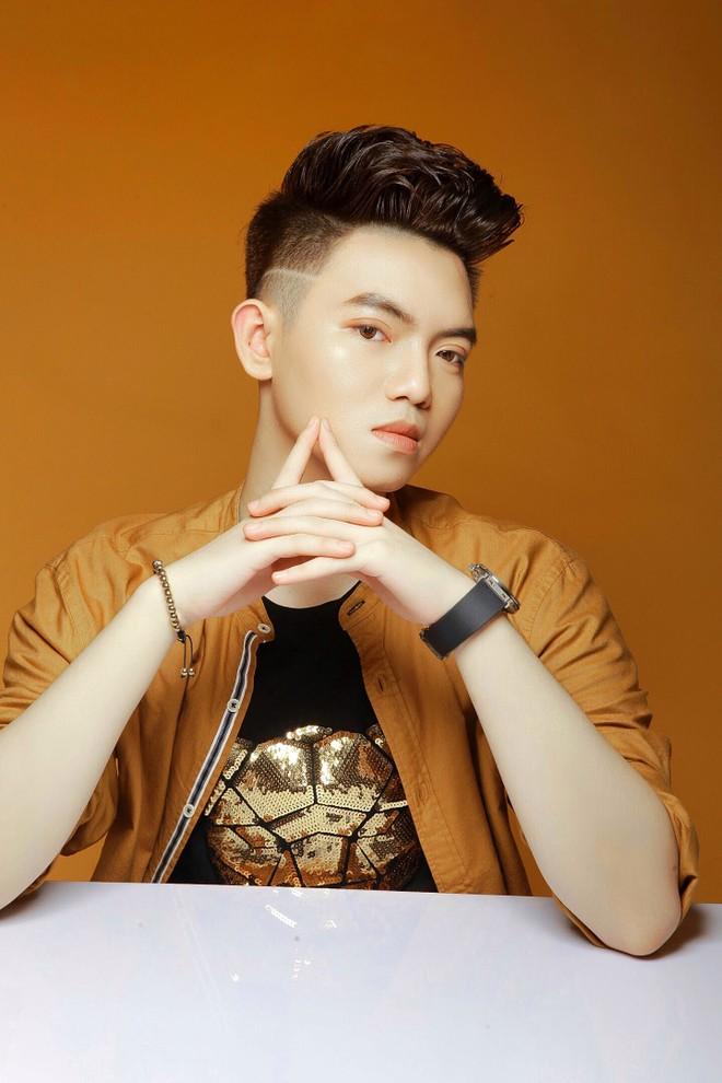 Dù thành công với hội họa, song Phan Đăng Hoàng vẫn kiên định với ước mơ trở thành nhà thiết kế thời trang