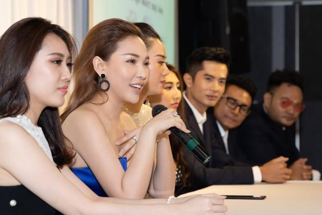Quỳnh Thư (váy xanh) trở lại với phim ảnh sau 4 năm vắng bóng