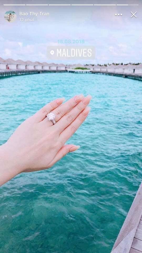 """Bức ảnh chụp ngón tay """"cưới"""" đeo nhẫn kim cương được Bảo Thy đăng tải"""