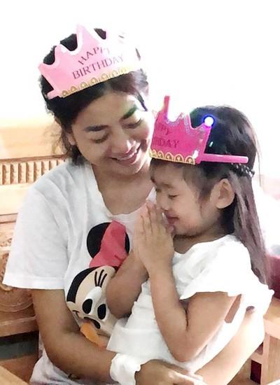 Mai Phương mừng rỡ khi gặp lại con gái trong bệnh viện