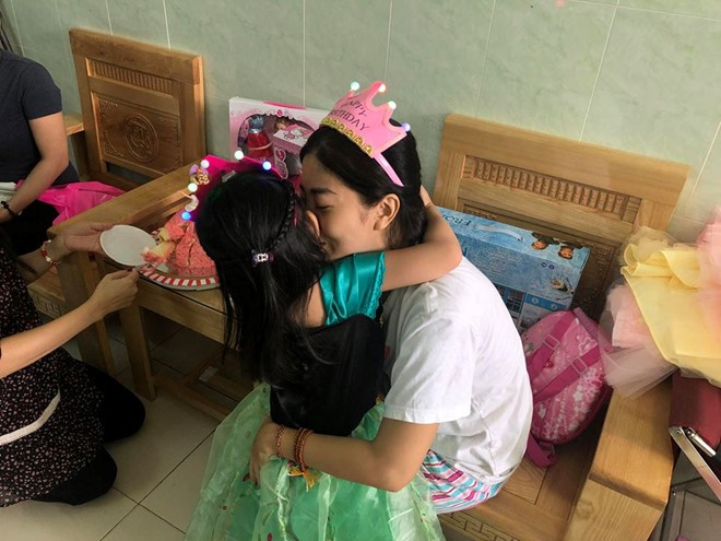 Mẹ con Mai Phương gặp lại nhau sau 1 tháng xa cách