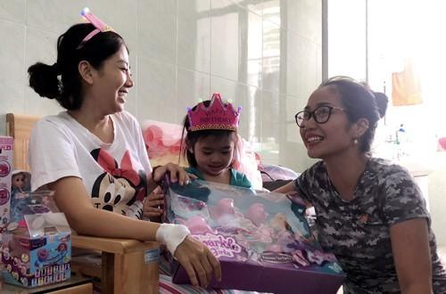 """Diễn viên """"Ốc"""" Thanh Vân sẽ đón bé Lavie về ở cùng để chăm sóc và đưa cô bé trở lại trường học trong thời gian Mai Phương điều trị bệnh"""
