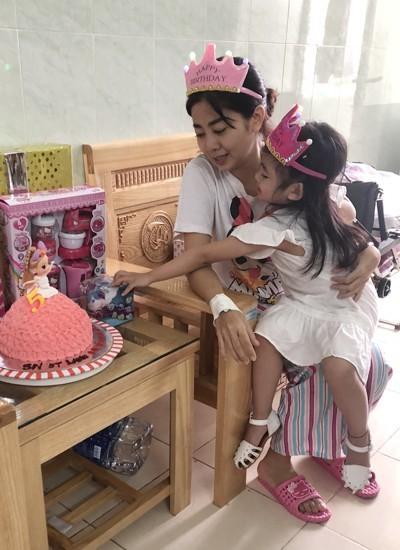 Chiếc bánh gato cùng một số món quà sinh nhật cho bé Lavie được bạn bè của Mai Phương thay cô chuẩn bị giúp