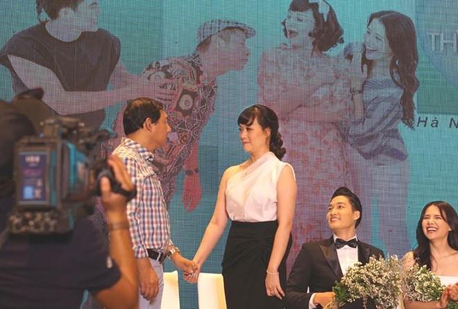 Vân Dung và Quang Thắng nín cười diễn cảnh nhìn vào mặt nhau trước sự cổ vũ của đông đảo khán giả