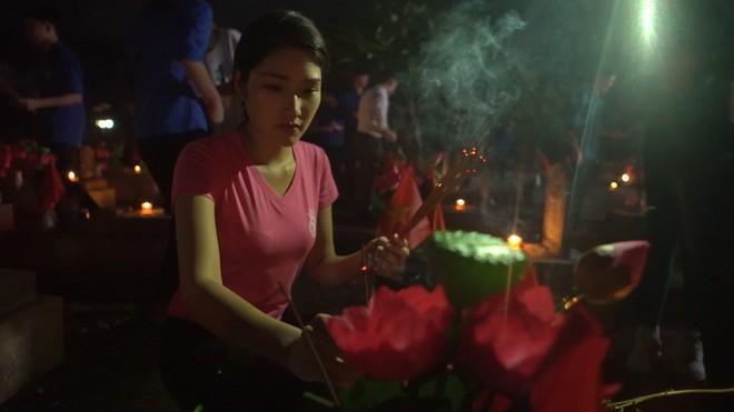 """Thí sinh """"Hoa hậu Việt Nam"""" thắp hương và nến tri ân hơn 11.000 ngôi mộ liệt sĩ ảnh 3"""