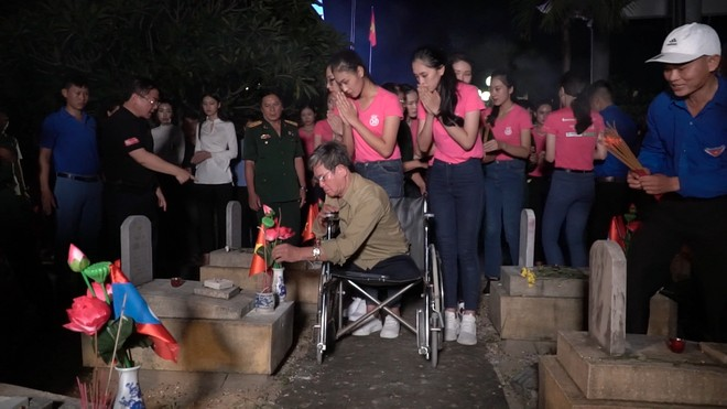 """Thí sinh """"Hoa hậu Việt Nam"""" thắp hương và nến tri ân hơn 11.000 ngôi mộ liệt sĩ"""