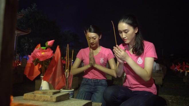 """Thí sinh """"Hoa hậu Việt Nam"""" thắp hương và nến tri ân hơn 11.000 ngôi mộ liệt sĩ ảnh 4"""