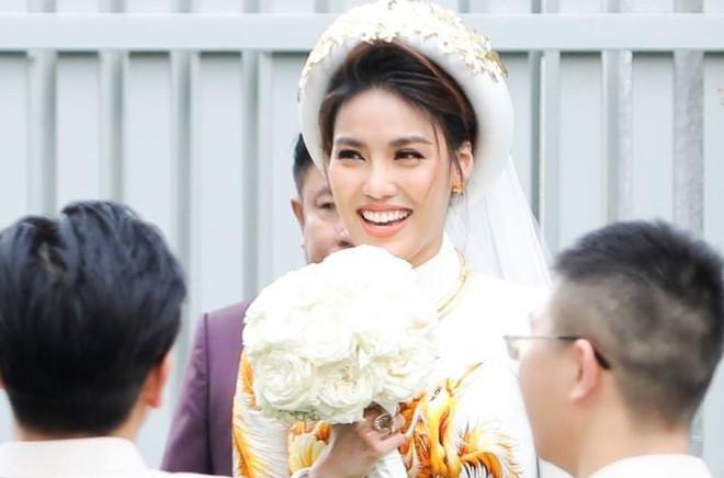 Xuất hiện trong buổi lễ quan trọng có ý nghĩa mở ra chặng đường hôn nhân đầy mới mẻ sắp tới, Lan Khuê mỉm cười rạng rỡ và đầy hạnh phúc.