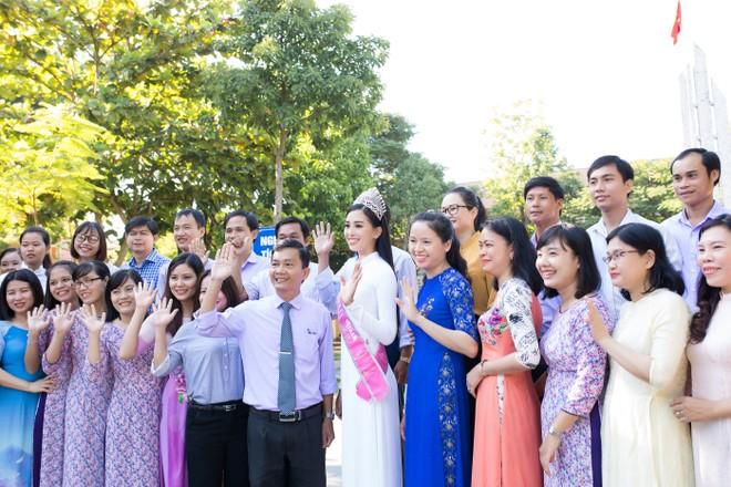 Hoa hậu Tiểu Vy đẹp tinh khôi trong ngày trở lại thăm trường cũ