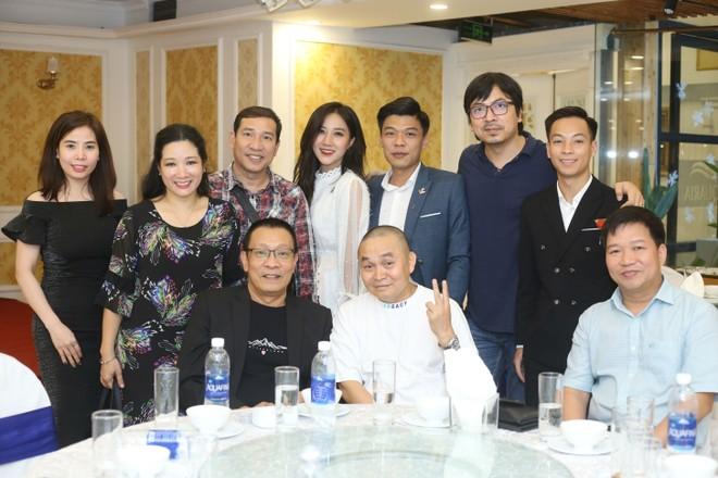 """MC Lại Văn Sâm cùng êkip sản xuất và các nghệ sĩ tham gia chương trình """"Xuân phát tài 9"""""""