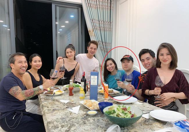 Thu Trang (áo xanh) và Lê Hiếu luôn xuất hiện cùng nhau trong các buổi gặp gỡ bạn bè thân thiết