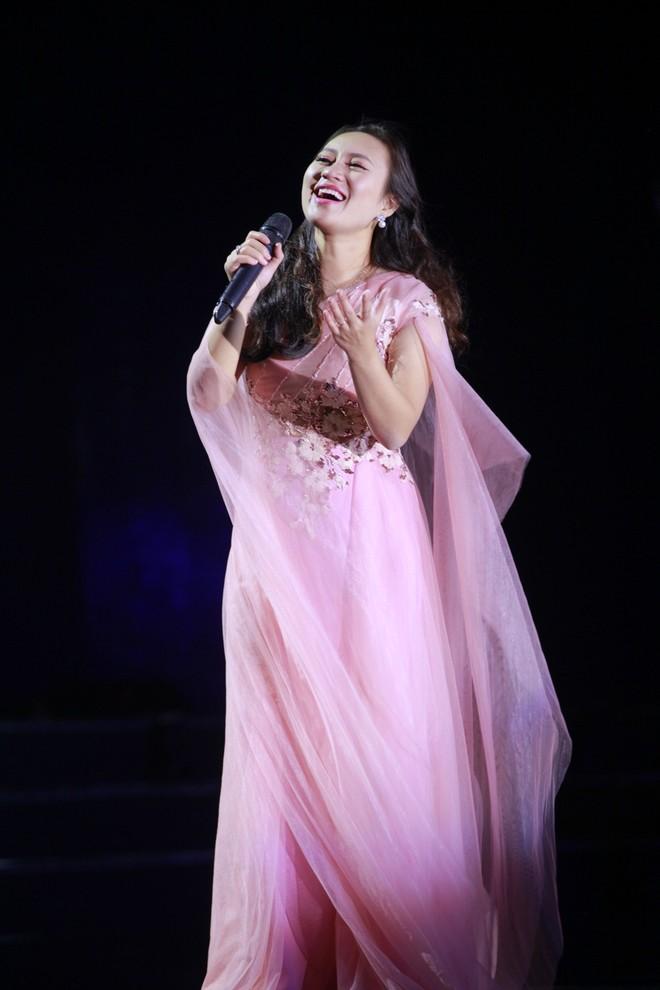 Ca sĩ Khánh Linh tham gia trình diễn trong chương trình
