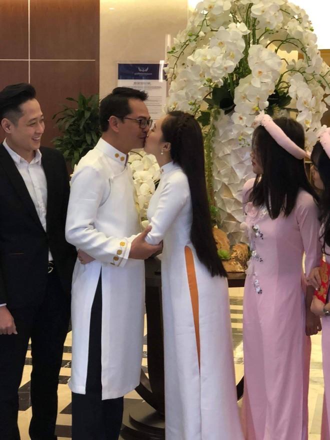 Bà xã của NSND Trung Hiếu không ngại trao anh những nụ hôn ngọt ngào trong ngày trọng đại của cả hai