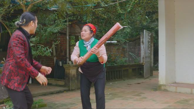 """Nghệ sĩ Kim Xuyến diễn xuất trong bộ phim """"Hiệp sỹ làng"""""""