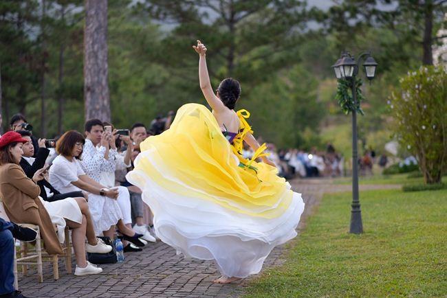 Nam Em bỗng dưng nhảy múa khi đang trình diễn thời trang