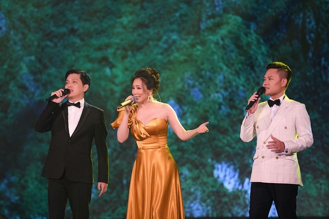 Ca sĩ Tuấn Anh, Hồ Quỳnh Hương và Hoàng Tùng hội ngộ trong đêm Gala