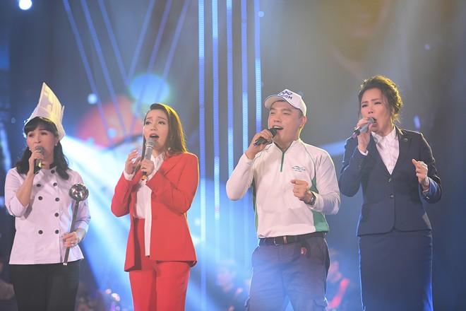 Các ca sĩ xuất hiện trên sân khấu đêm Gala trong trang phục của nghề giả định