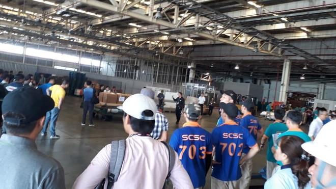 Rất đông bạn bè và người thân ra sân bay đón thi hài của Anh Vũ trở về