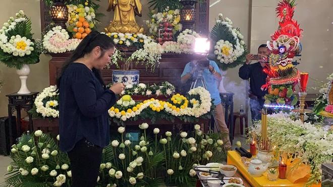 NSND Hồng Vân thắp nén nhang cho người em đồng nghiệp thân thiết