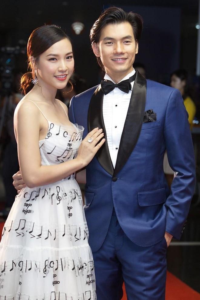 Hoàng Oanh và Nhan Phúc Vinh trong buổi công chiếu phim tại Hà Nội