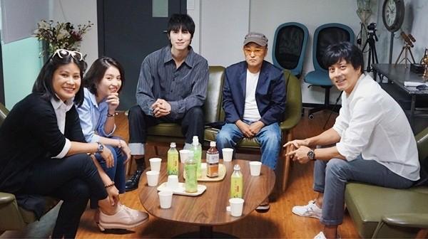 """Nhà sản xuất phim """"Thiên đường"""" (phía trái ảnh) nhận được sự hợp tác rất nhiệt tình từ đối tác Hàn Quốc, trong đó có nam tài từ Han Jae Suk"""