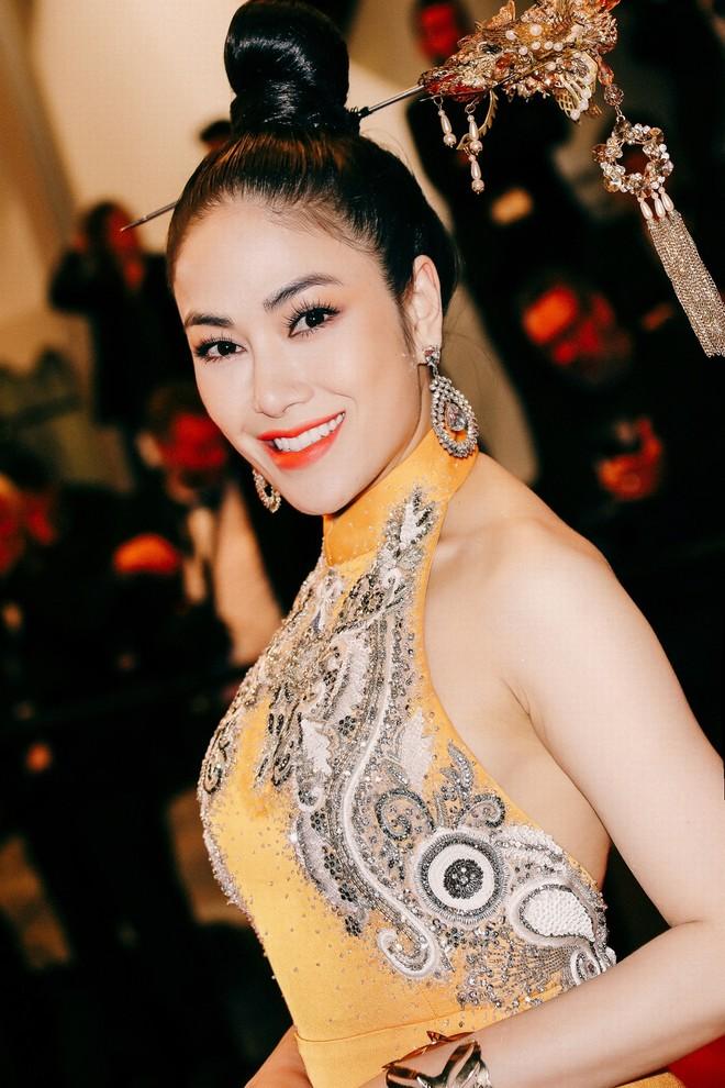 Mỹ nhân Việt gây chú ý trên thảm đỏ LHP Cannes với phong cách đối lập Ngọc Trinh