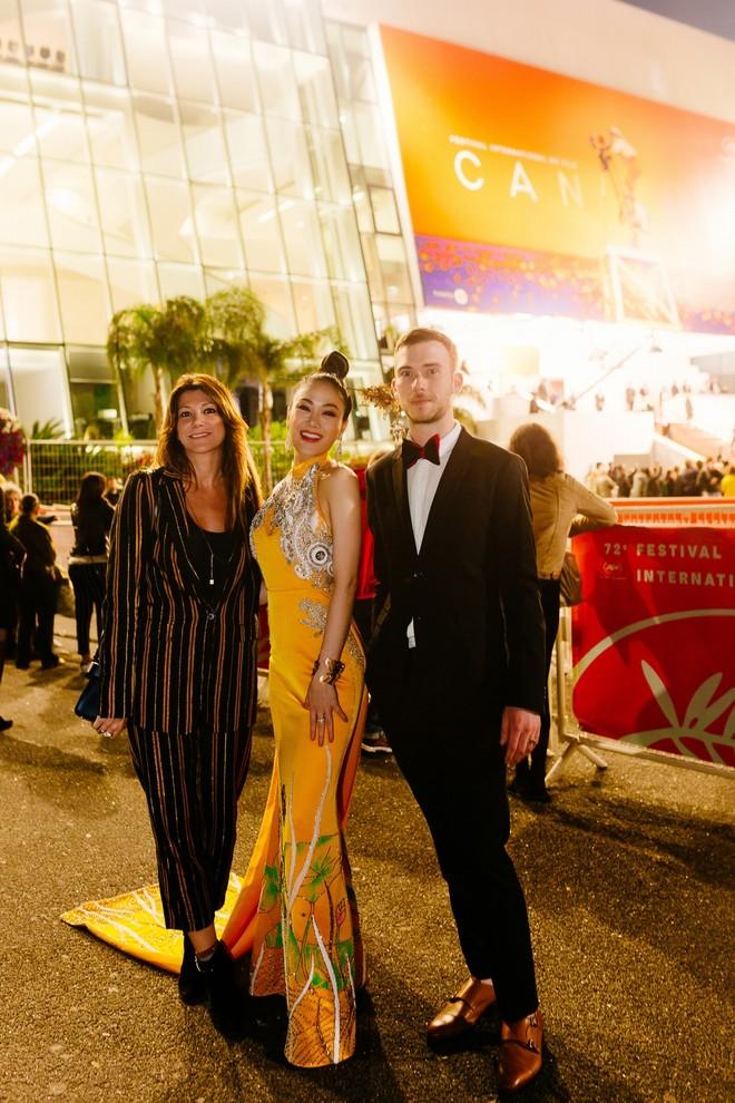 Mỹ nhân Việt gây chú ý trên thảm đỏ LHP Cannes với phong cách đối lập Ngọc Trinh ảnh 6