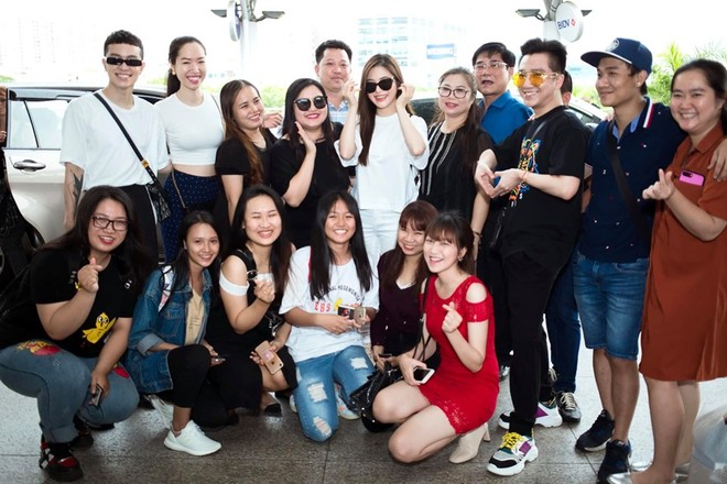 Hương Tràm chụp ảnh lưu niệm cùng bạn bè thân thiết và người hâm mộ trước khi lên đường bay sang Mỹ