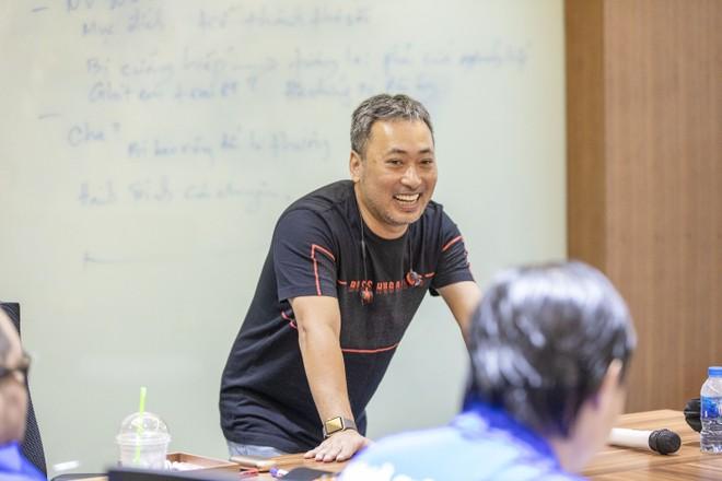 Đạo diễn Nguyễn Quang Dũng hào hứng chia sẻ kinh nghiệm với các thí sinh