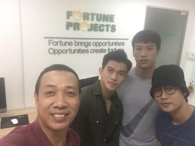 """Đạo diễn Mai Thế Hiệp (ngoài cùng bên trái) và hai chàng trai """"Mister Việt Nam 2019"""" được chọn đóng vai chính trong phim điện ảnh """"Sương mù"""" (ở giữa)"""